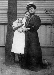 Pietarissa n.vuonna 1903 prinsessa Paraskewa lemmikkikoiransa kanssa ja Elisabeth-äiti.